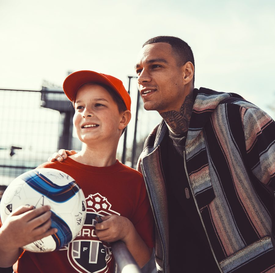 Gregory van der Wiel - posing with a young fan